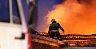 Сотрудники противопожарной службы тушат пожар. Архивное фото