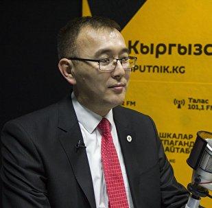 Председатель Национального банка КР Толкунбек Абдыгулов во время интервью на  радиостудии Sputnik Кыргызстан