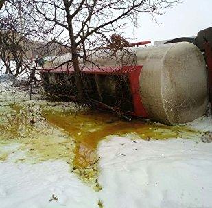 Жалал-Абад-облусунун Кара-Көл шаарынын тушунан DAF үлгүсүндөгү май ташуучу унаа жолдон чыгып, оодарылып кеткенин ӨКМ билдирди