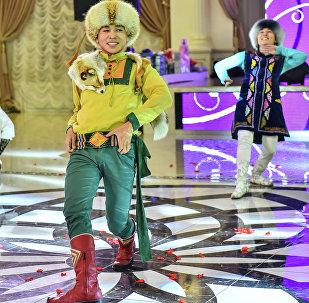 Артисты танцуют кыргызский национальный танец Кара-Жорго. Архивное фото
