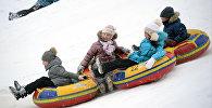 Дети катаются на баллонах. Архивное фото