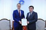 Финляндиянын Кыргызстандагы элчиси Микко Кивикоски тышкы иштер министринин орун басары Нурлан Абдрахмановго ишеним грамотасынын көчүрмөсүн тапшыруу учурунда