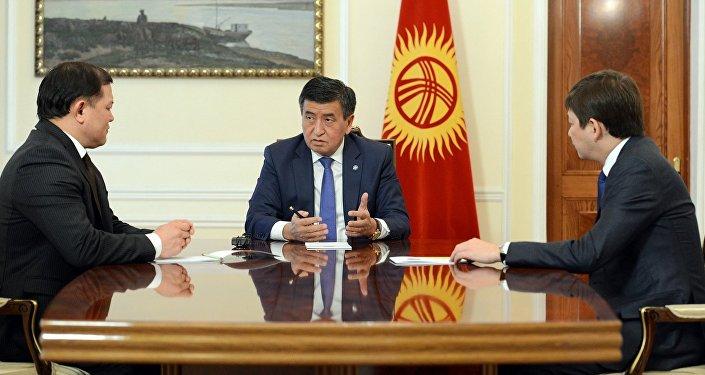 Президент КР Сооронбай Жээнбеков во время встречи с премьер-министром Сапар Исаков и торага Жогорку Кенеша Дастанбеком Джумабековым