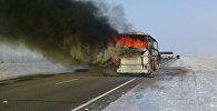 Автобус горит на трассе Самара - Шымкент в Иргизском районе Актюбинской области в Казахстане.