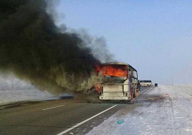 Автобус сгоревший на трассе Самара - Шымкент, в котором сгорели 52 гражданина Узбекистана. Архивное фото