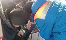 Оказание помощи пассажиру, пострадавшему при возгорании автобуса на трассе Самара - Шымкент в Иргизском районе Актюбинской области в Казахстане.