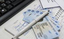 Новые биометрические паспорта гражданина Кыргызской Республики на столе. Архивное фото