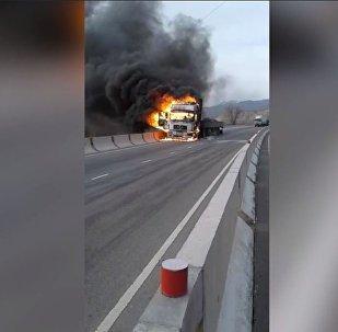 Пламя охватило кабину — видео горящего в Бооме грузовика
