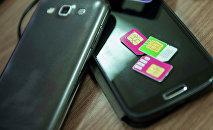 Сотовые телефоны и сим-карты. Архивное фото