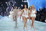 Модели Адриана Лима и Кэндис Свейнпол на показе Victoria's Secret. Архивное фото