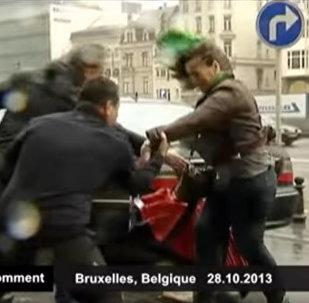 Ураган сносит людей и опрокидывает контейнеры — видео из Европы