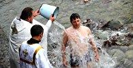 Праздничная литургия, крестный ход и купание в освященной воде по случаю одного из главных христианских праздников — Крещения Господня в Оше.