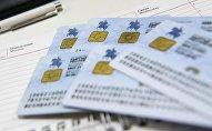 Новый биометрический паспорт гражданина Кыргызской Республики на столе