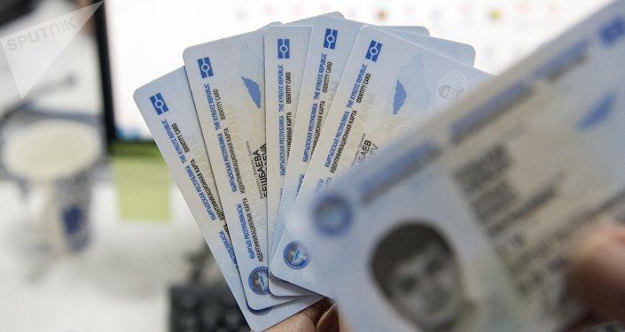 Новый биометрический паспорт гражданина Кыргызской Республики на столе. Архивное фото