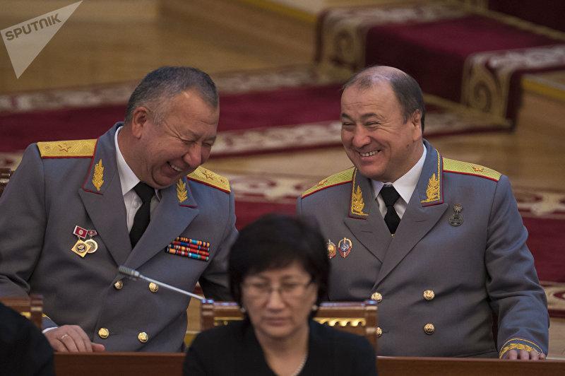 Министр чрезвычайных ситуаций Кубатбек Боронов (слева) и Министр внутренних дел Кыргызской Республики Мелис Турганбаев (справа) в Жогорку Кенеше