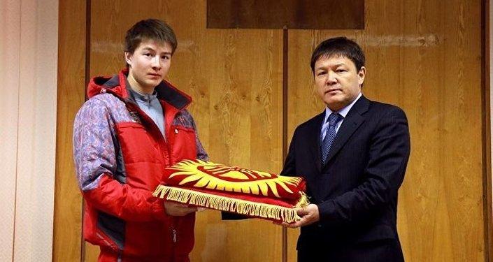 Архивное фото лыжника Тариэля Жаркымбаева (слева) и директора Государственного агентства по делам молодежи, физической культуры и спорта при правительстве КР Каната Аманкулова