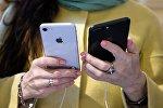 Девушка с айфонами в руке. Архивное фото