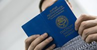 Мужчина с заграничным паспортом гражданина Кыргызской Республики. Архивное фото