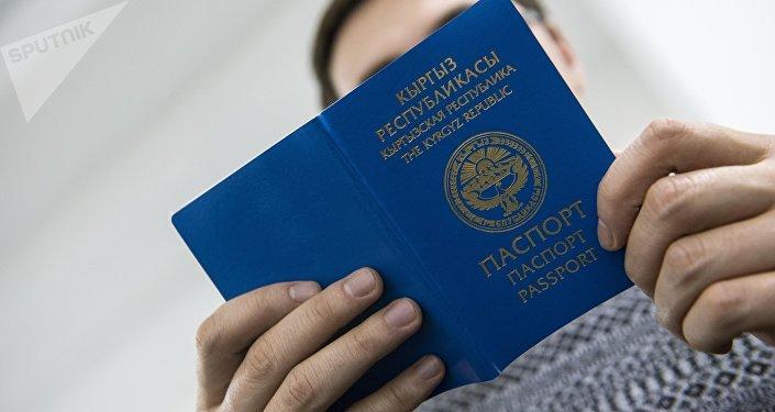 Мужчина с заграничным паспортом гражданина Кыргызской Республики в руках. Архивное фото