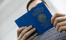 Кыргызстандын паспортун текшерүү. Архивдик сүрөт