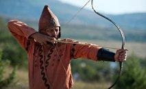 Участник реконструкции Кочевье сколотов стреляет из лука. Архивное фото