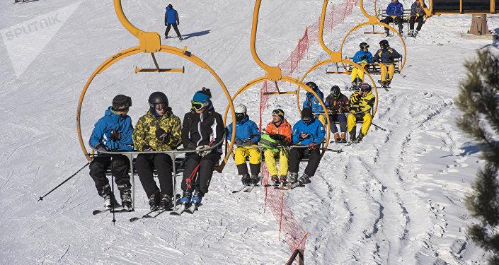Отдыхающие поднимаются по канатной дороге на горнолыжной базе Каракол