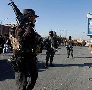 Афганские полицейские следят за воротами в гостинице Интерконтиненталь в Кабуле во время нападения боевиков в Кабуле, Афганистан. 21 января 2018 года
