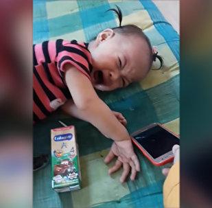 Мама придумала, как отучить детей от смартфона — видео из Таиланда