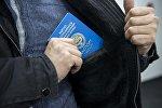 Мужчина с общегражданским паспортом гражданина КР. Архивное фото