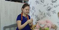 Девочка играет со змеями