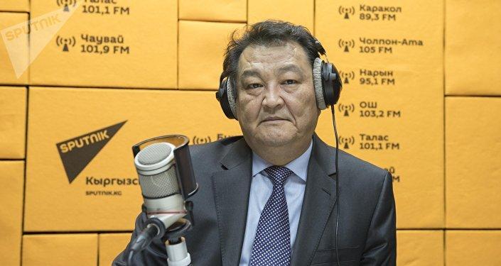 Министр здравоохранения Кыргызской Республики Талантбек Батыралиев во время беседы на радио Sputnik Кыргызстан