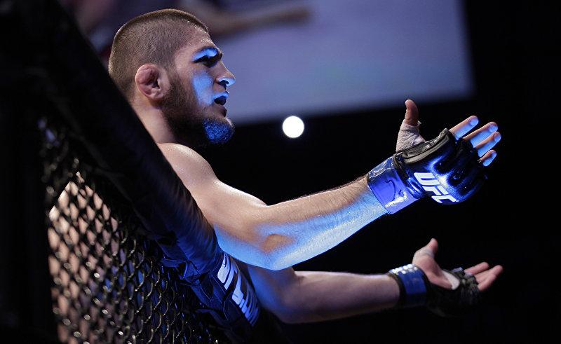 Хабиб Нурмагомедов из России празднует победу над Тьяго Таваресом из Бразилии во время боя смешанных боевых искусств на чемпионате Ultimate Fighting Championship в Сан-Паулу, Бразилия. 19 января 2013 года