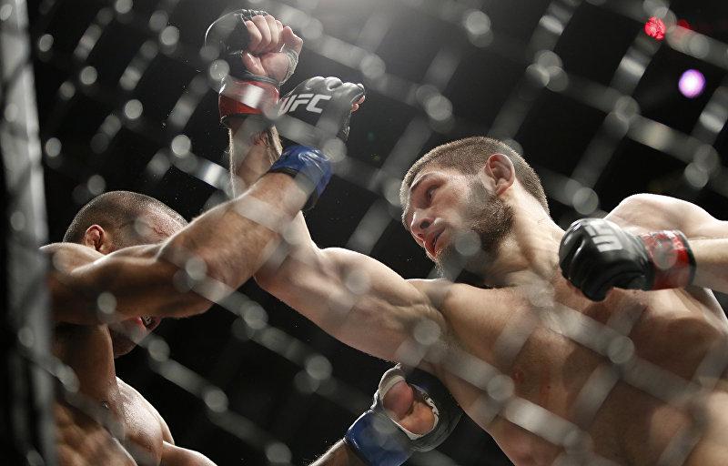 Российский боец Хабиб Нурмагомедов во время боя с Эдсоном Барбоза на смешанных единоборств в UFC 219, в 30 декабря 2017 года, в Лас-Вегасе