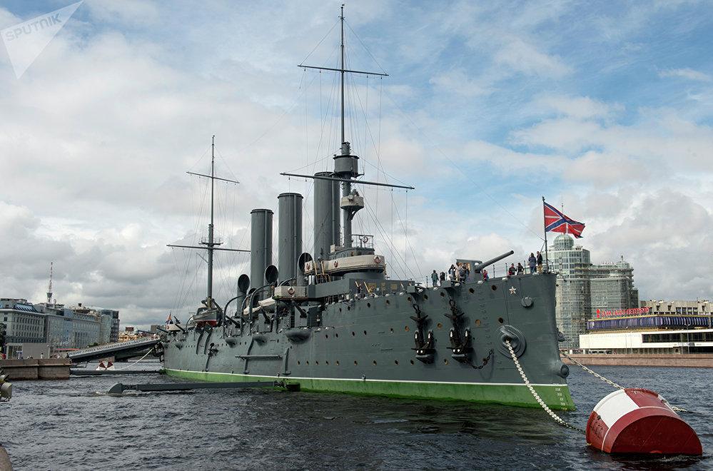 Крейсер Аврора у набережной Невы