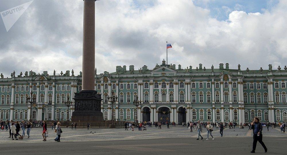 Александровская колонна на Дворцовой площади в Санкт-Петербурге. Архивное фото