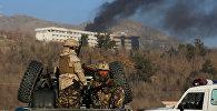 Афганские силы безопасности вблизи отеля Интерконтиненталь в Кабуле, на которое было совершено нападение боевиками. 21 января 2018 года