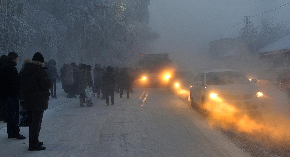 Горожане ждут общественный транспорт в аномально морозное утро. Архивное фото