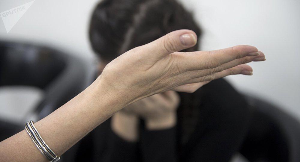 Женщина дает пощечину девушке. Архивное фото