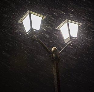Фонарь во время снегопада. Архивное фото