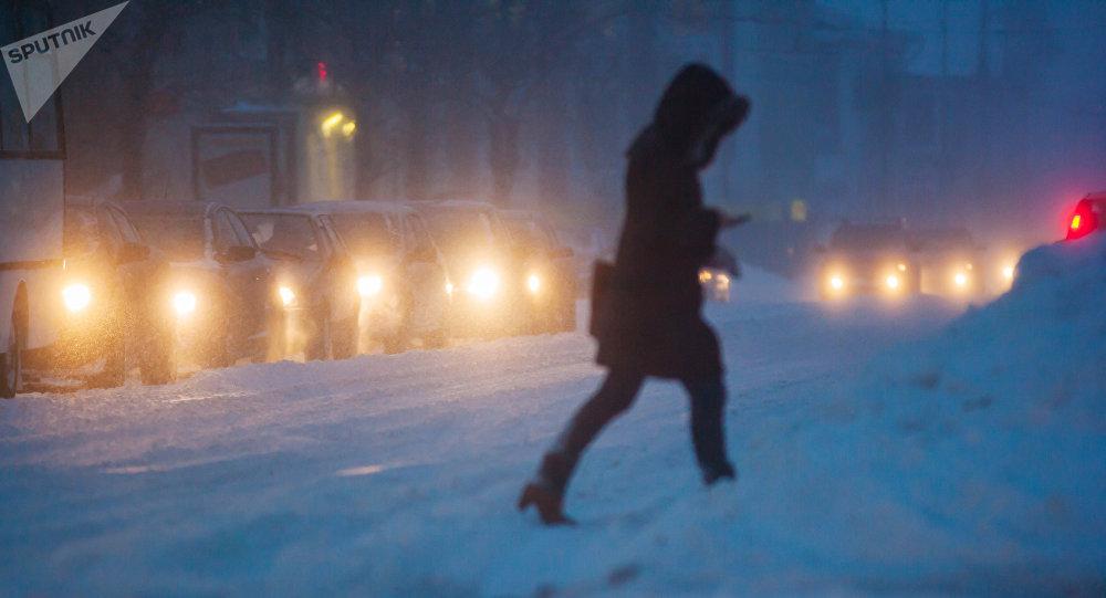 Женщина переходит дорогу. Архивное фото