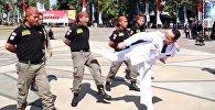 Мэр продемонстрировал приемы кунг-фу на полицейских — видео из Индонезии