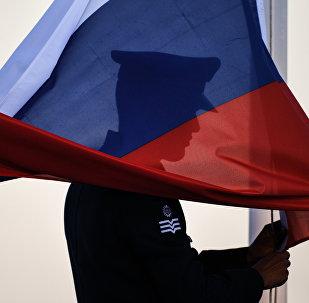 Поднятие флага России. Архивное фото