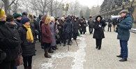 Жогорку Кеңештин имаратынын алдына трансформация мыйзамын кабыл алууну талап кылган 40тай киши митингге чыкты