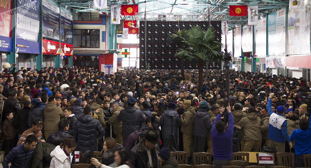 Люди пришедшие на пресс-конференцию российского бойца UFC Хабиба Нурмагомедова в одном из торговых центров Бишкека