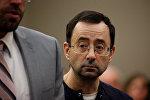 Бывший доктор национальной сборной США по гимнастике Ларри Нассар, обвиняемый в сексуальных домогательствах по отношению к десяти гимнасткам во время судебного слушания в Лансинге, штат Мичиган, США, 24 января 2018 года