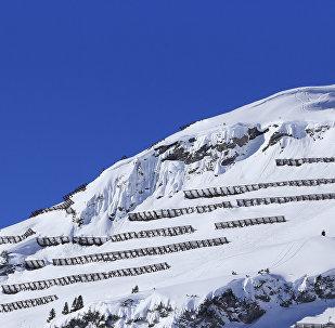 Снежные и лавинные ограждения на горах. Архивное фото