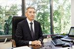 Председатель правления Российско-кыргызского фонда развития Эркин Асрандиев в рабочем кабинете