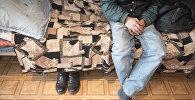 Бездомный мужчина. Архивное фото