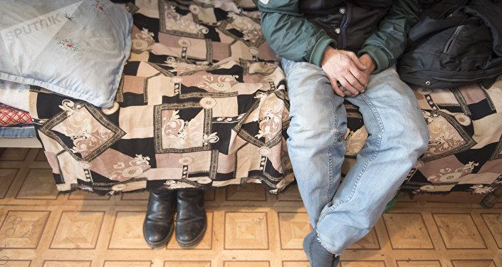 Бездомный мужчина в приюте Коломто. Архивное фото
