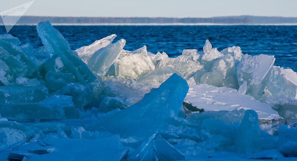 Лед на берегу. Архивное фото